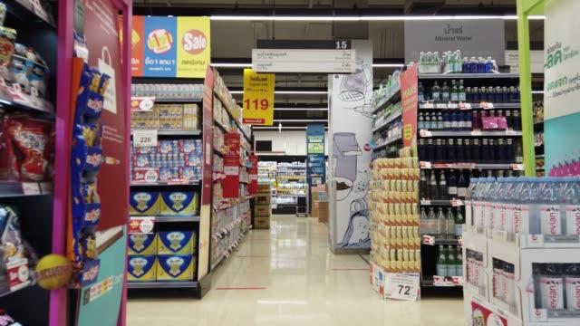 vídeos y material grabado en eventos de stock de carro moviéndose a través del pasillo en el supermercado - snack aisle