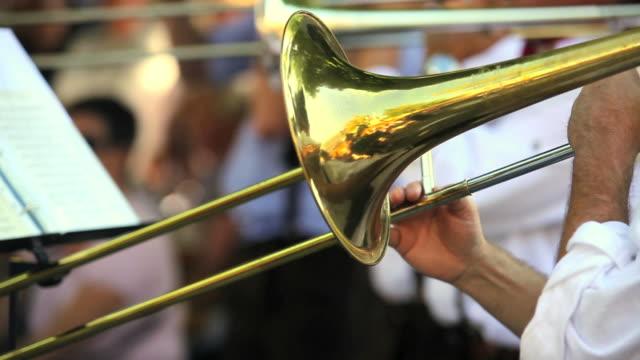 vidéos et rushes de trombone joueurs performing en gros plan - oktoberfest