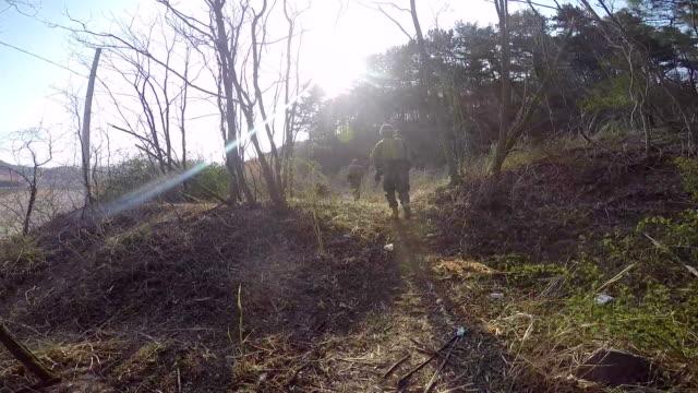 vidéos et rushes de troupes de combat - mitrailleuse