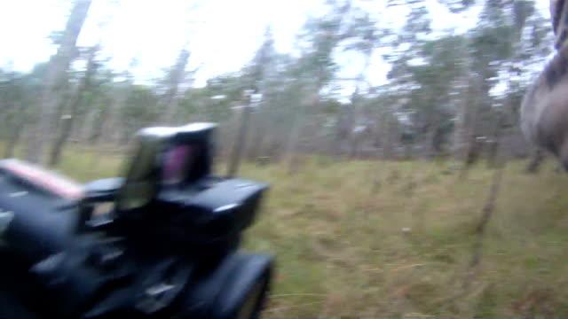 vidéos et rushes de troupes dans la jungle - mitrailleuse