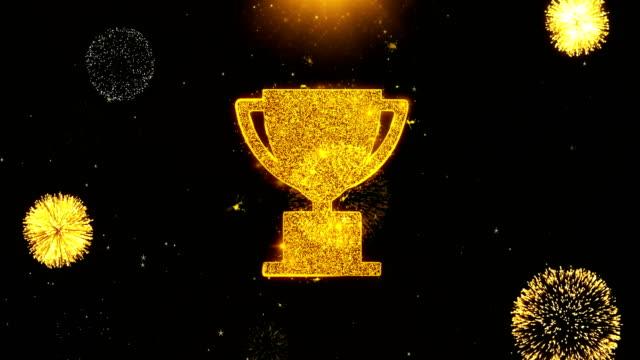 stockvideo's en b-roll-footage met trofee win cup icoon op vuurwerk explosie deeltjes weergeven. - prijs onderscheiding