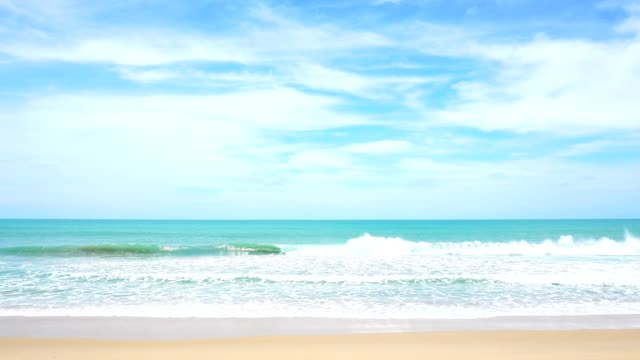 カタ ビーチ プーケット タイ砂浜の岸に砕ける波と風光明媚な熱帯のアンダマン海 - 海点の映像素材/bロール
