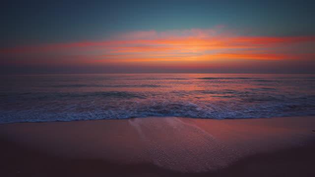 tropisk strand och vacker havs sol uppgång. dramatiska moln och dans vågor. - high dynamic range imaging bildbanksvideor och videomaterial från bakom kulisserna