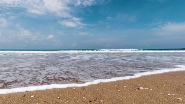 vidéos et rushes de plage tropicale avec des vagues s'écrasant sur la scène de vacances de sable - mer d'andaman