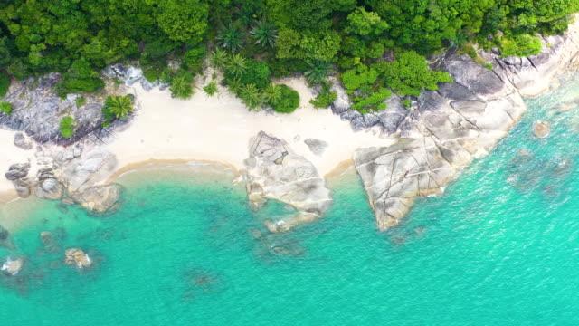 tropicale bella acqua turchese costiera in thailandia - ambientazione tranquilla video stock e b–roll