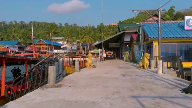 tropische küste mit traditionellen bunten häusern umgeben von weißem strand und palmen in koh rong, kambodscha - kambodschanische kultur stock-videos und b-roll-filmmaterial