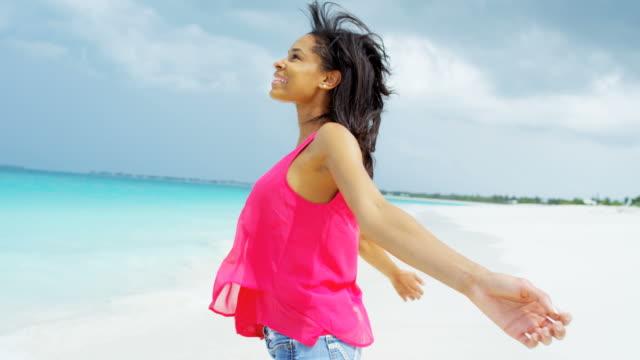 vidéos et rushes de île tropicale vie africaine jeune américaine en vacances - évasion du réel