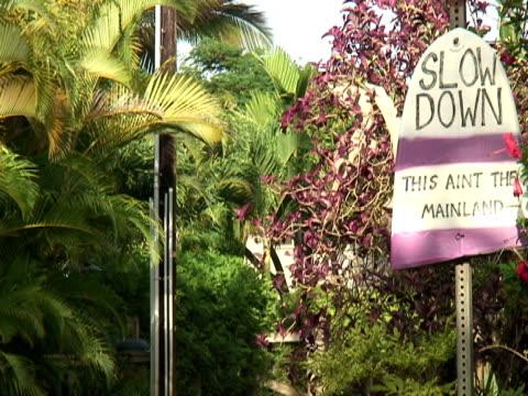 tropikalna wyspa znak drogowy - zachodnie pismo filmów i materiałów b-roll