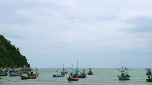 vídeos y material grabado en eventos de stock de paisaje tropical con barco tradicional - anclado
