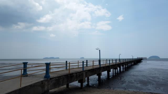 parlak güneşli bir gün altında tropikal kumlu plaj - dalgakıran stok videoları ve detay görüntü çekimi