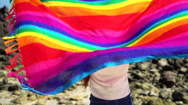 Concept de mode vacances été tropical - jeunes femmes avec un permanent de l'écharpe colorée sur la plage. - Vidéo