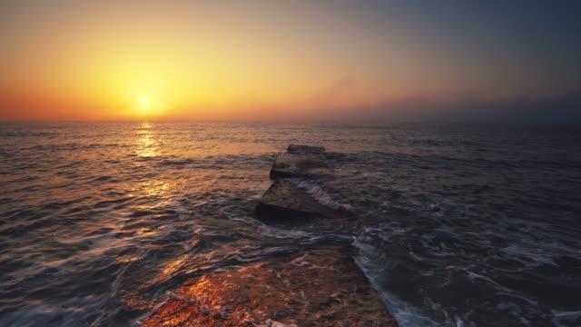 tropisk sol uppgång på stranden. havet stiger upp över havets vågor. - high dynamic range imaging bildbanksvideor och videomaterial från bakom kulisserna