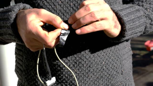 vidéos et rushes de problèmes avec le câble de recharge de smartphone - ligoté