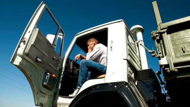 Conductor de camión en taxi mediante teléfono móvil - vídeo