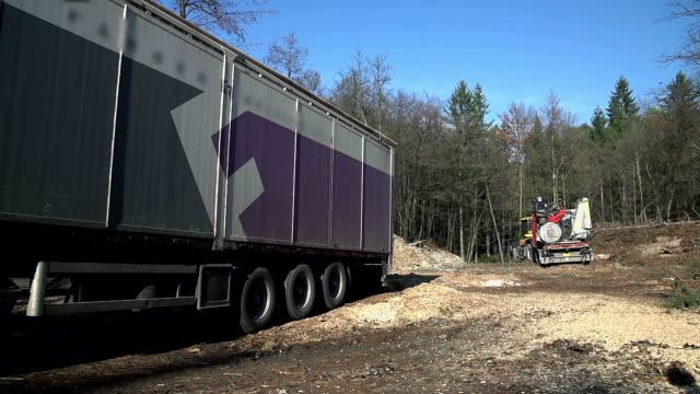 hd lento: camion unità dallo schermo - segatura video stock e b–roll