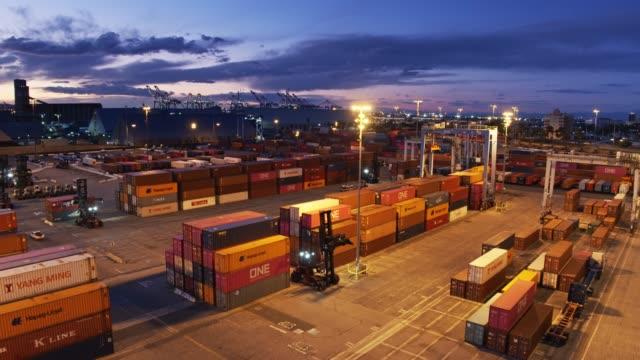 last bils körning genom container port på natten - shipping sunset bildbanksvideor och videomaterial från bakom kulisserna