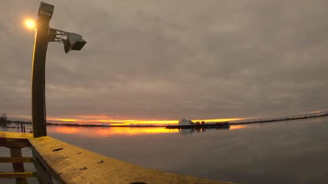 truck freighter bei sunrise fraser river 4k uhd - vancouver kanada stock-videos und b-roll-filmmaterial