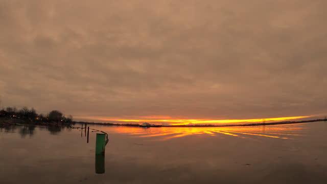 lkw-frachter fraser river sunrise 4k uhd - vancouver kanada stock-videos und b-roll-filmmaterial