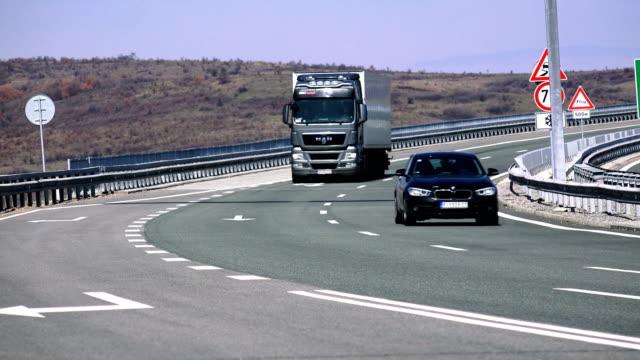 lkw-transport industrie unterwegs. lieferung und versand-konzept - drive illustration stock-videos und b-roll-filmmaterial