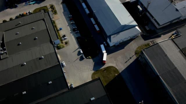 Camion est conduite d'entrepôt logistique. Prise de vue aérienne. - Vidéo
