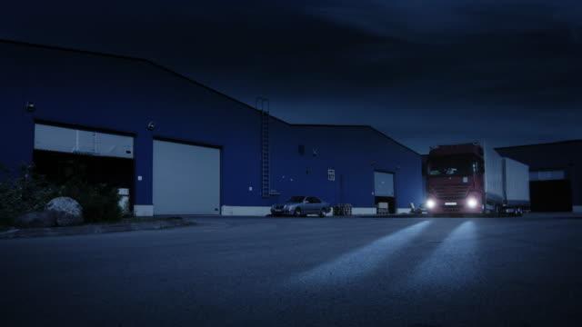 Camion est conduite d'entrepôt logistique nuit - Vidéo