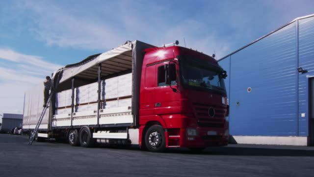 Camion est conduite d'entrepôt logistique. - Vidéo