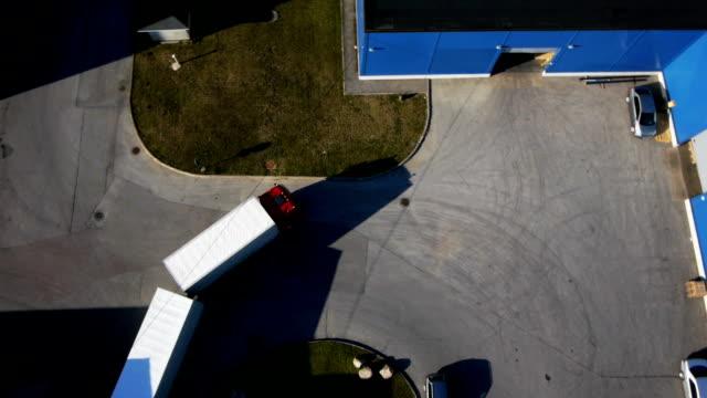 Camion est conduite au centre de logistique. Prise de vue aérienne. - Vidéo