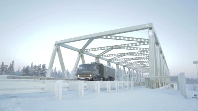 ハイテクアーチの下の橋の上でトラックの移動 - シベリア点の映像素材/bロール