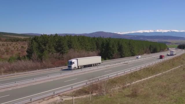 truck on the road - колонна стоковые видео и кадры b-roll