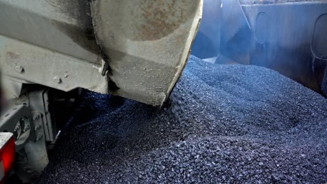 lkw gießt asphalt in asphaltpflastermaschine - asphalt stock-videos und b-roll-filmmaterial