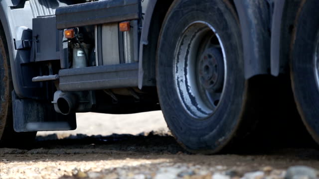 Ruedas de camiones, cerca - vídeo