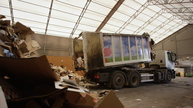 vídeos de stock e filmes b-roll de truck unloading paper at recycling factory - economia circular