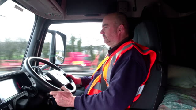 4K: camión / vagón de conductor en su cabina de conducción - vídeo