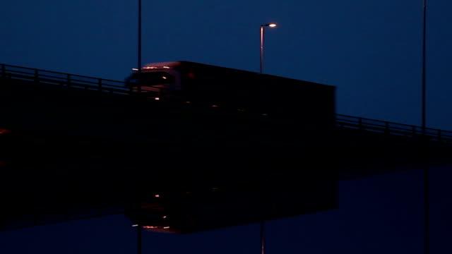 Camiones en la noche.   En bucle. - vídeo