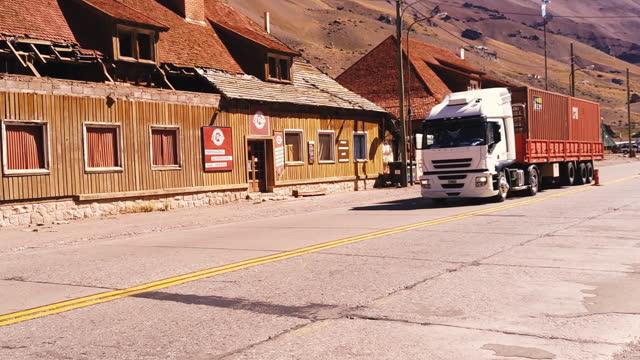 camion su strada a las cuevas, andes mountains, argentina. ingrandisci. - argentina america del sud video stock e b–roll