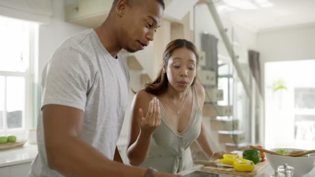 L'amour vrai est de plus en plus en couple - Vidéo