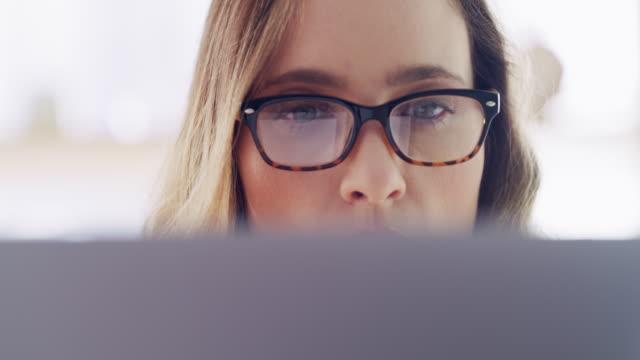 신뢰할 수 있는 기술이 성공에 도움이 될 것입니다. - 컴퓨터 사용 스톡 비디오 및 b-롤 화면