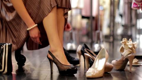 vidéos et rushes de essayer des chaussures - chaussures
