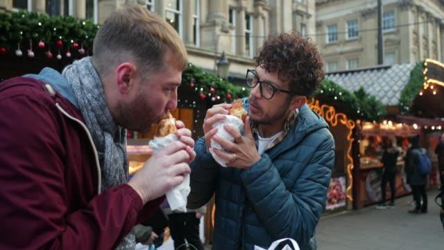 vídeos de stock e filmes b-roll de trying street food - passagem de ano