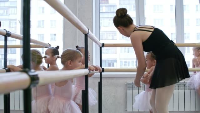 försöker lugna barn ner - balettstång bildbanksvideor och videomaterial från bakom kulisserna