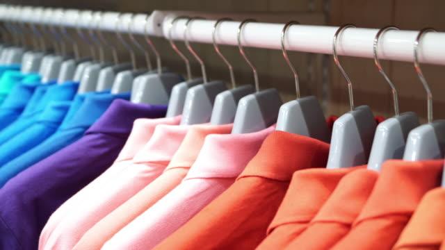 vídeos y material grabado en eventos de stock de camiseta en la tienda de ropa - moda playera