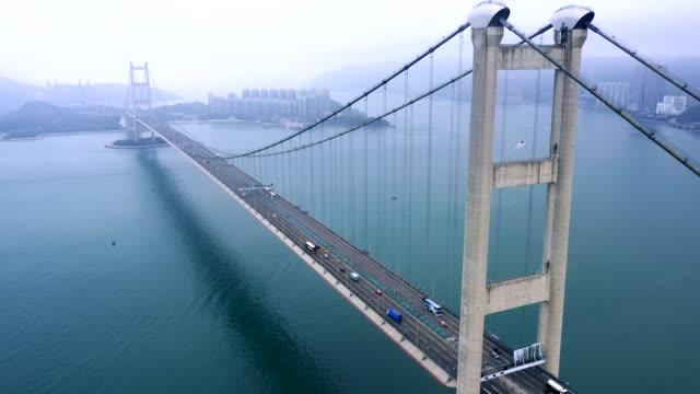 tsing ma bridge nella giornata nebbiosa, hong kong - acciaio video stock e b–roll