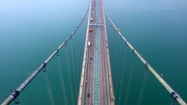 vídeos de stock, filmes e b-roll de ponte tsing ma em dia nebuloso, hong kong - perspectiva espacial
