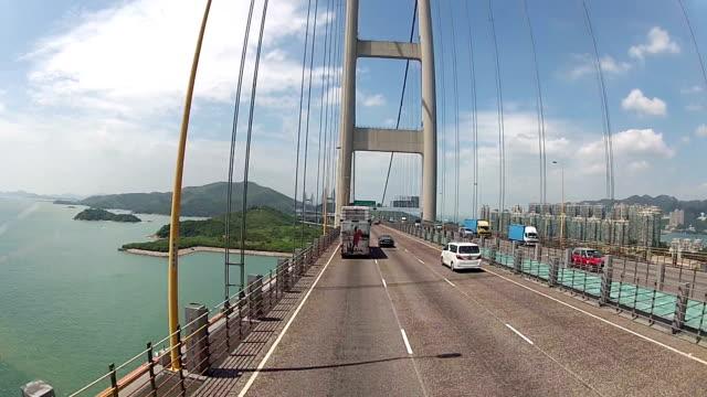 tsingma bridge e l'aeroporto internazionale di hong kong - cavo d'acciaio video stock e b–roll