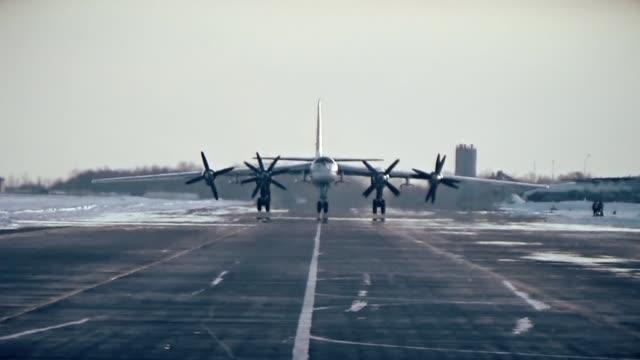 tu-95 is rotating propellers in winter - śmigło filmów i materiałów b-roll
