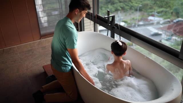 vidéos et rushes de tubby time est temps en famille - prendre un bain
