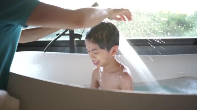vidéos et rushes de tubby temps - prendre un bain