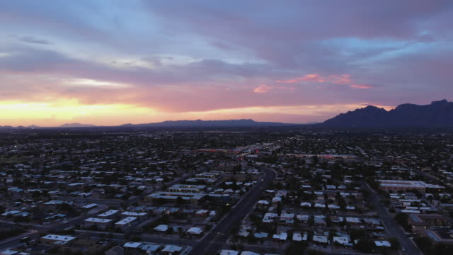 tucson sunset - città diffusa video stock e b–roll