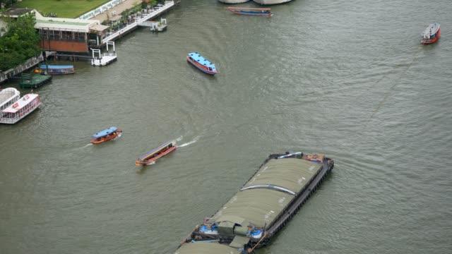tug boat in chao phraya river - fiume chao phraya video stock e b–roll