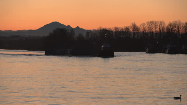 tugboat and barge at sunrise, 4k uhd - fiume fraser video stock e b–roll